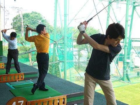 """6月13日(土)、横浜市内のGOLF練習場において2回目のGOLF部(部長:難波優司)の全体練習を行いました。 日中汗ばむ陽気の中、会社勤めで運動不足になりがちな体にムチ打って約2時間汗を流しました。 その後、県連会議室に戻り、6月定例会を開催し""""神奈川TOPICS""""では、榎並正剛(県議・県連青年総局長)による『神奈川県議会の舞台裏PARTⅡ』と題して、条例の作られ方や神奈川県議会の定例議会について等、県議会についてご講演頂きました。 また、""""青年喫茶""""では、古田晶子(局員)が『ダイビングのススメ』と題し、基礎知識から実際に海の中で感じる環境問題についてご講演頂きました。"""