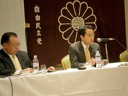 左:千葉県連青年局長の西田三十五(県議)右:井上信治(党青年局長)
