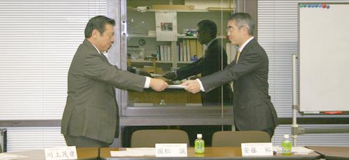 安藤幹事長より、国松誠会長へ「自由民主党 復活への提言」を提出
