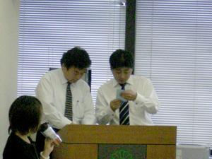 開票作業を担当して頂いた、持田文男(県連組織本部長)と横山幸一(青年総局次長)