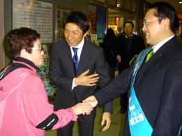 荻原参議院議員も駆けつけて、 いそもと候補と駅立ち