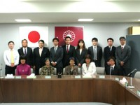 自民党団会議室にて竹内幹事長と記念撮影
