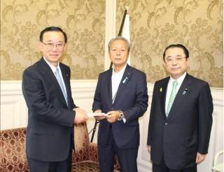 谷垣禎一(自民党幹事長)、田中和徳(自民党組織運動本部長)へ県連を代表して竹内英明(県連幹事長)よりお渡しさせて頂きました。